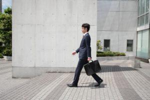 正しい姿勢で歩く男性