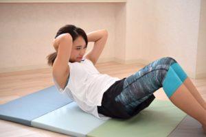 腹筋トレーニングをする女性の写真