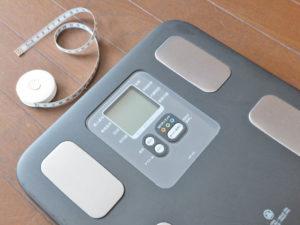 体重計とメジャーの写真