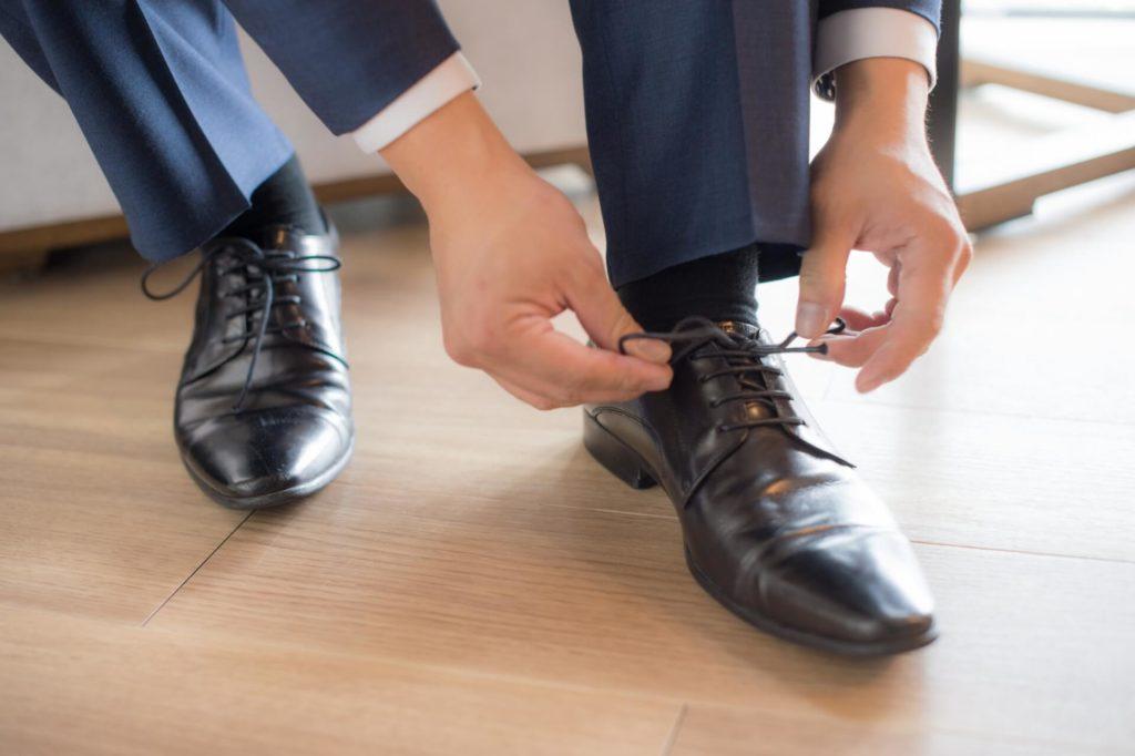 靴紐を結んでいる写真