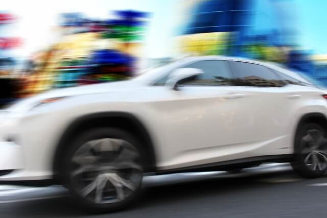 スピードアップする車の画像