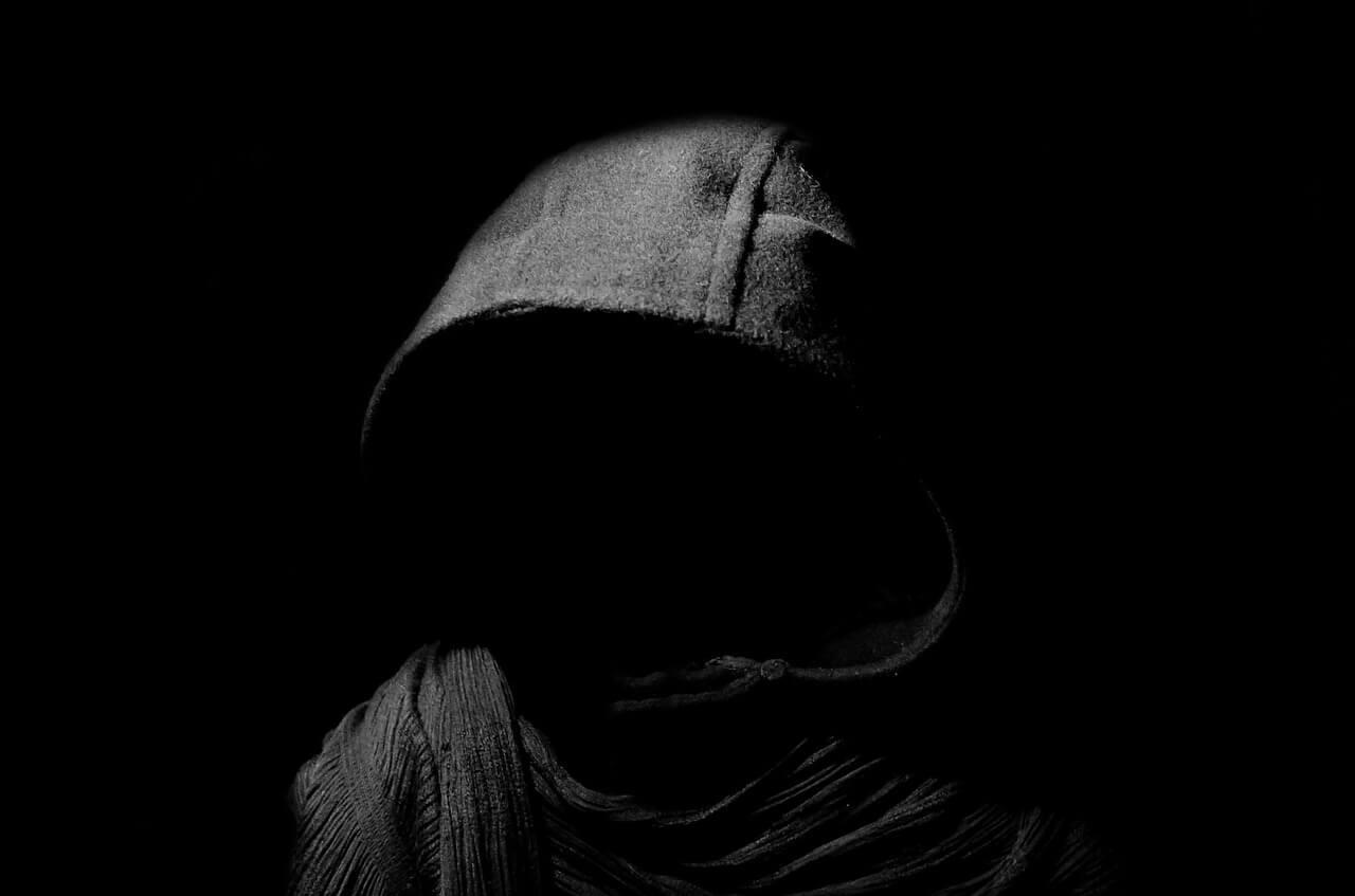 暗闇に佇む男の画像