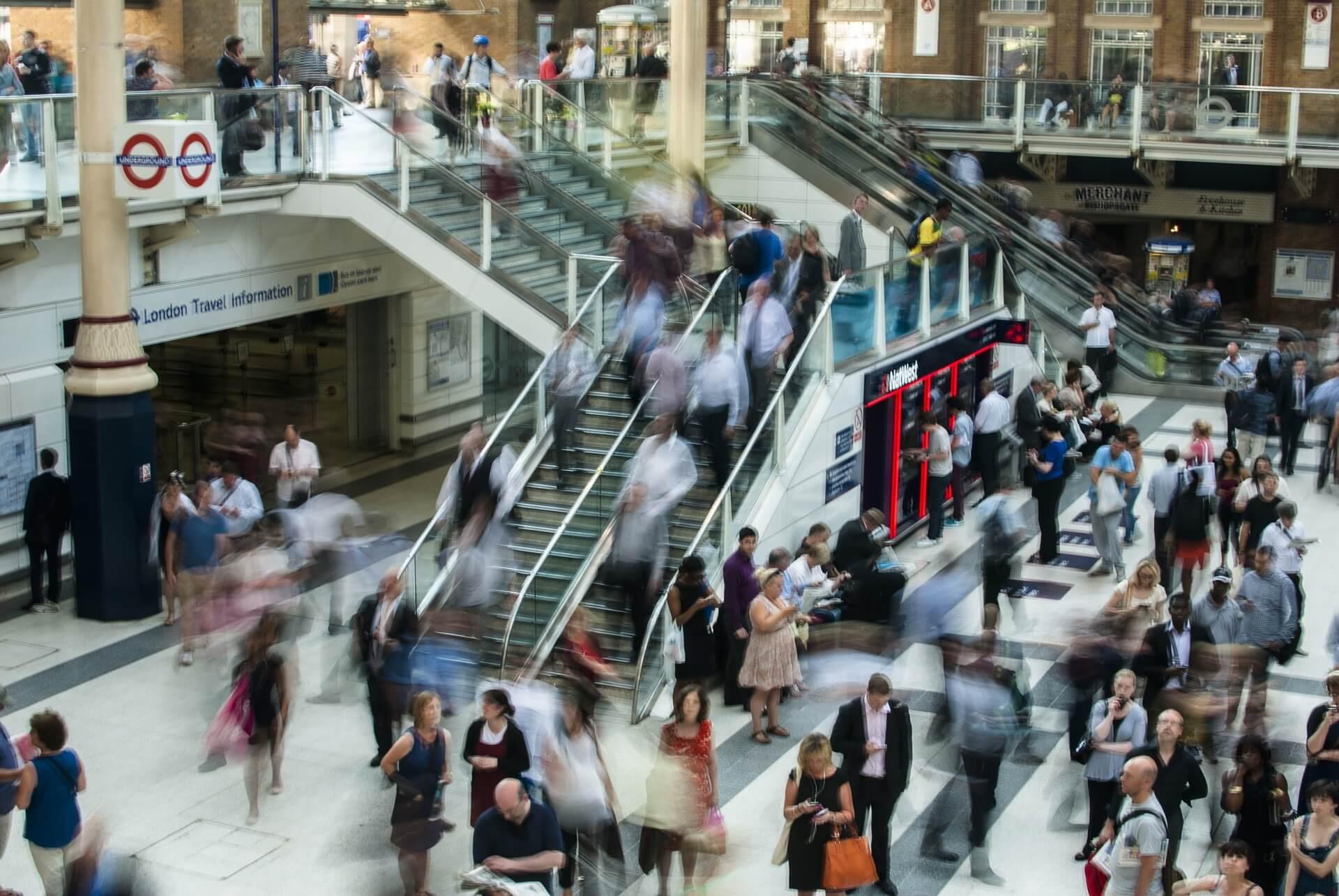 ロンドンの人混みの画像