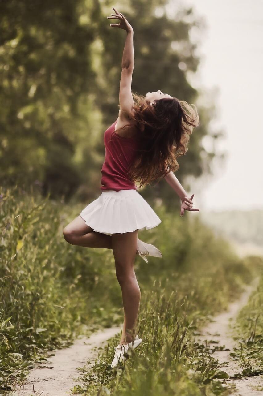 踊る女性の画像