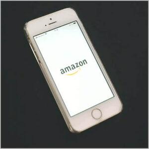 Amazonのアプリを起動しているスマホ