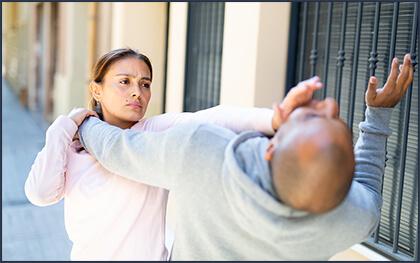 護身術で男性を撃退している女性