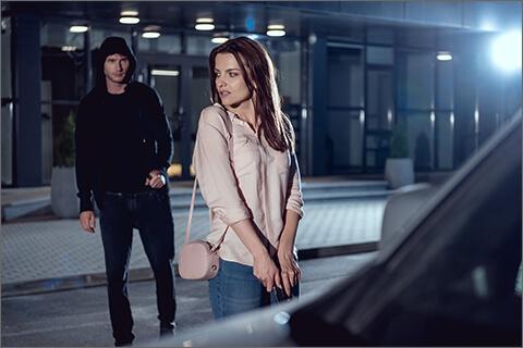 夜道で女性を付け狙う男性のイメージ