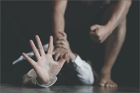 女性に暴行をしている男性